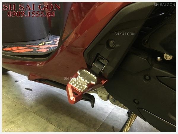 Hình ảnh gác chân Biker nhôm nguyên khối cá tính cho xe SH 2017 giá phải chăng cao cấp tại SG